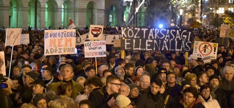 Sztrájkra készülnek a tanárok, könnygáz a parlamentnél - percről percre a tüntetésről