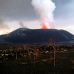 Egy kitörni készülő vulkán szélén állni