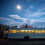 Mobilotthonná alakított iskolabuszban szeli át Amerikát egy hallgató