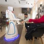 Kihozta, nem löttyintette ki – vizsgáztattuk egy budapesti kávézó robotpincérét