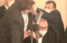 A cseh parlamentben kitört a balhé, amikor a szükségállapot hosszabbításáról tárgyaltak