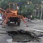 Fotók: óriási krátert mart a csőtörés a Pozsonyi útba