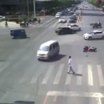 Elszomorító videó: a kereszteződés közepén feküdt az elsodort motoros, és alig akart neki segíteni valaki