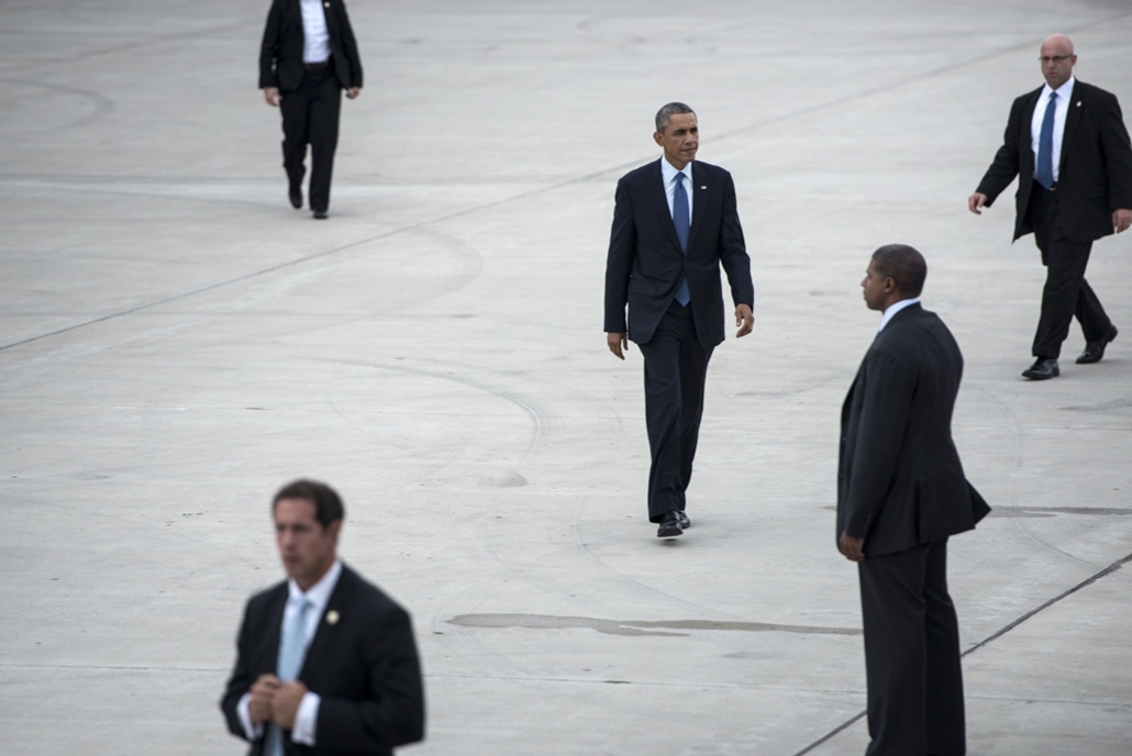 afp. hét képei - Gary, Egyesült Államok 2014.10.02. Barack Obama, titkosszolgálat, testőr - Members of the US Secret Service escort US President Barack Obama as he walks to Air Force One at Gary Chicago International Airport on October 2, 2014 in Gary, In