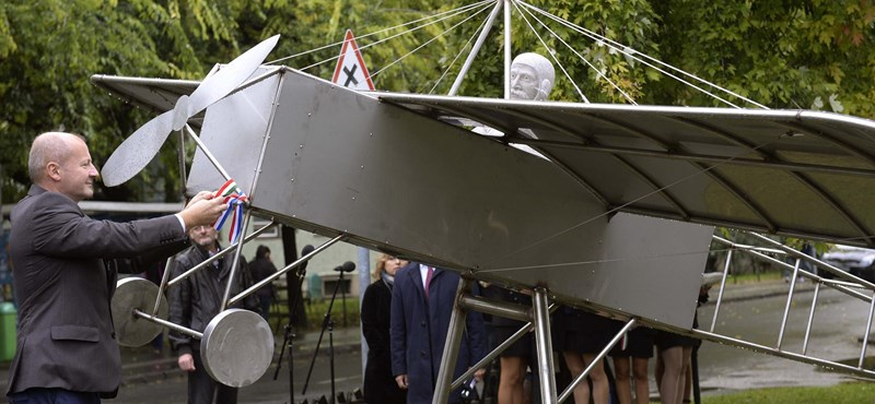 Különös repülős szobrot adott át Simicskó a IX. kerületben