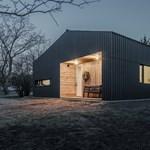 Fekete hullámpalával borított családi ház lett az év legjobb hazai épülete