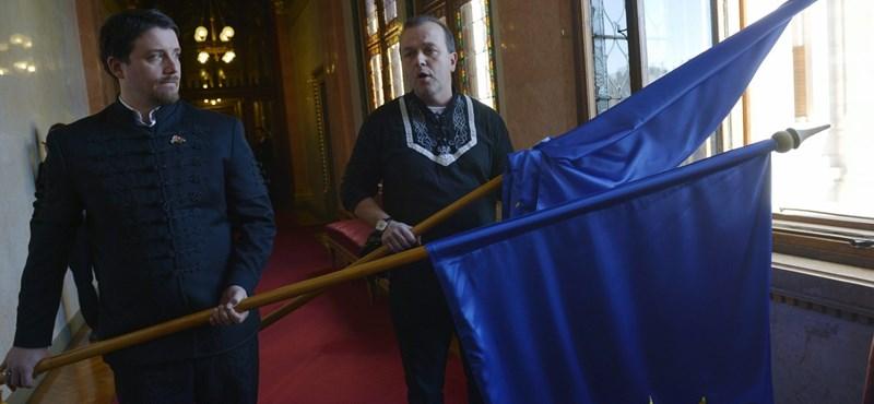 Fotó: Gaudi-Nagy uniós zászlókat dobált ki a Parlament ablakán