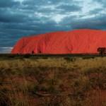 Betiltják az Uluru megmászását, mert nem játszótér