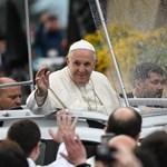 Egyedi rendszámos Dacia Dusterben járja Romániát a pápa