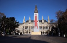Gigantikus művészeti installációba burkolták a Bécsi Városházát