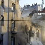 Fotók: így dolgozik a lánctalpas a felrobbant óbudai háznál