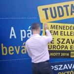 Fotók: Átragasztotta a kormány plakátjait az Együtt