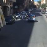 Mint egy csendőrvígjáték, ahogy az olaszok felvezetnek egy VIP-buszt – videó