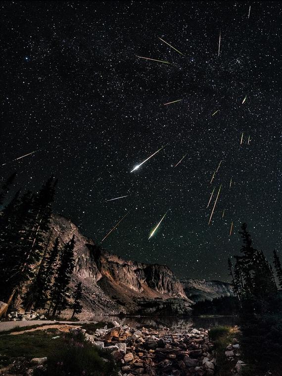 ''Earth and Space'' kategória: Range Perseid Meteor Shower - Brit Királyi Obszervatórium, Astronomy Photographer of the Year 2013.