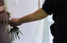 Azzal gyanúsítanak egy börtönőrt, hogy mobilokat csempészett be a raboknak