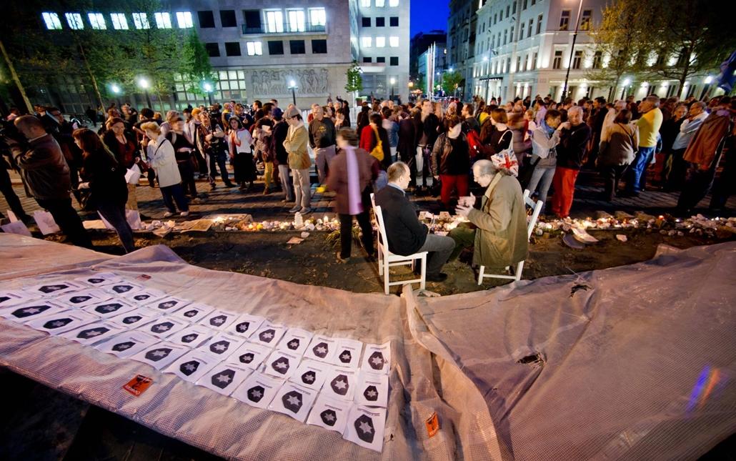 Német megszállási emlékmű, építkezés tüntetés