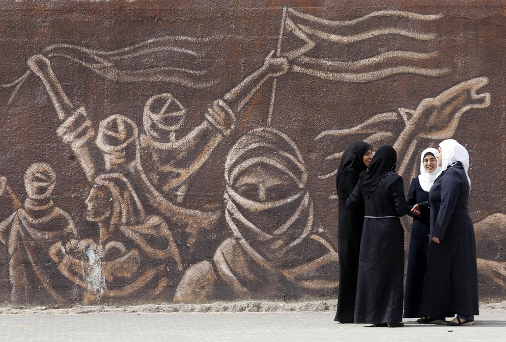 afp. hét képei - KHAN YOUNIS : Palestinian schoolgirls stand in front of a mural during an awareness training session on dangers of unexploded ordnance on April 7, 2014 at a school in Khan Younis in the southern Gaza Strip.