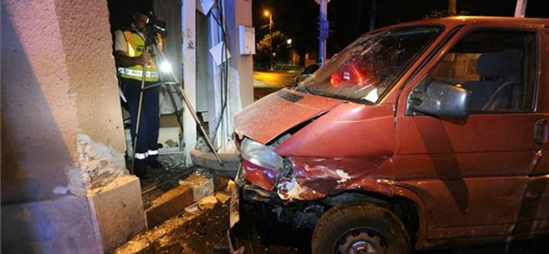 Tört az ajtó és az üveg, háznak rohant egy autó a XX. kerületben – fotók