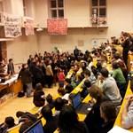 Fotó: Fekete kabátosok jelentek meg az ELTE BTK-n