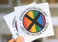 Melegmentes övezet feliratú matricákat oszt olvasóinak egy lengyel hetilap