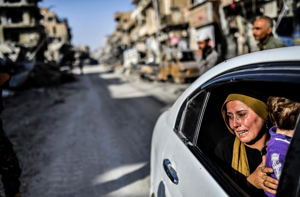 best of 2017 - Rakkába visszatérő lakos miután a Az Egyesült Államok vezette szövetségesek által támogatott arab-kurd Szíriai Demokratikus Erők visszafoglalták a várost az Iszlám Állam dzsihadista szervezettől. Az SDF június 6-án indította meg a Rakka és