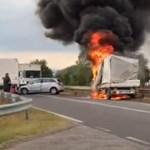 Videó: óriási lánggal égett egy kisteherautó az M0-ás felhajtónál