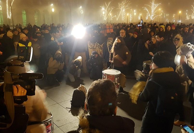 Újrakezdik a tüntetést, komoly kordonokkal készül a rendőrség - percről percre