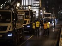Teherautók lepték el a Lánchidat éjszaka - fotók