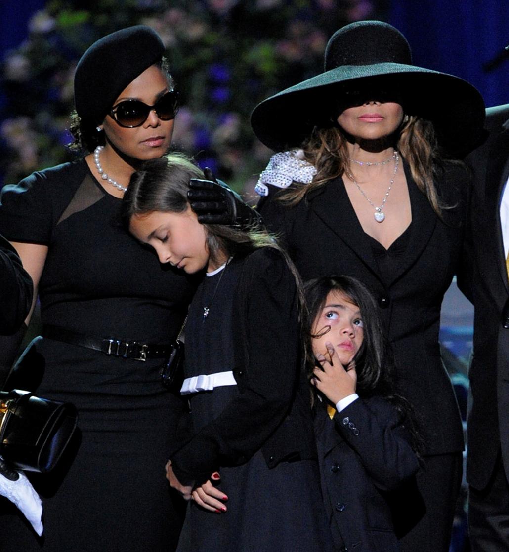 Michael Jackson családjának tagjai Los Angelesben, amikor a popsztárra emlékeztek a rajongók a Staples Centerben.