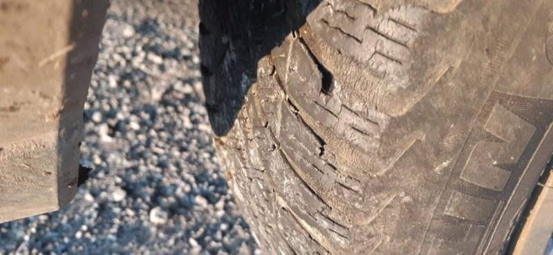 Ha ilyen gumiabroncsot lát a rendőrség, ugrik a kocsi forgalmija