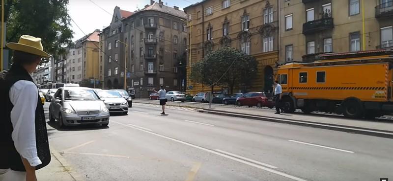 A villamosvezető irányította a forgalmat az útra lógó felsővezeték mellett