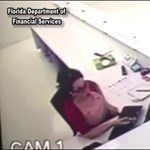 Sosem találja ki, mit tett ez a nő a plafonról eléje hulló tárggyal – videó