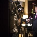 Orbán a csodálóihoz utazik, Habony is segíti őket