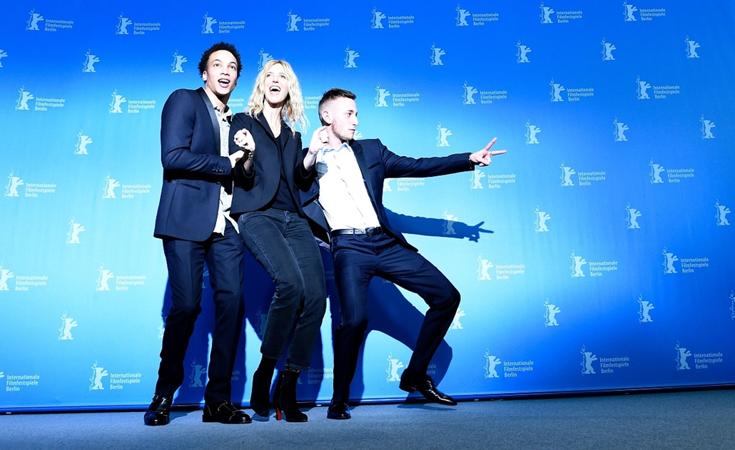 afp. 66. Berlini Nemzetközi Filmfesztiválon, Berlinale 2016 - Cast members Corentin Fila (L-R), Sandrine Kiberlain and Kacey Mottet Klein pose during a photo call for the film Quand on a 17 Ans (Being 17) by  Andre Techine in competition at the 66th Berli
