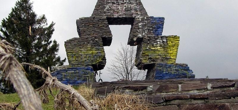 Fotó: ukrán színekkel festették le a vereckei magyar emlékművet