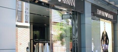 Armani-egyenruhát rendelt egy japán luxusiskola