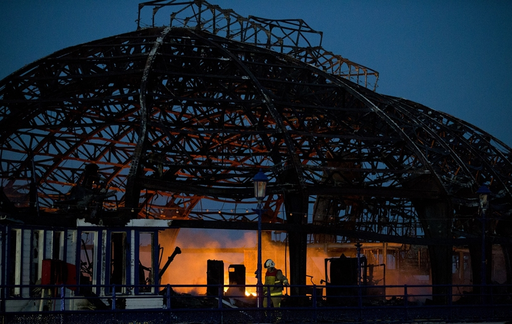 afp.14.07.30. - Eastbourne, Egyesült Királyság: leégett az eastbourne-i móló