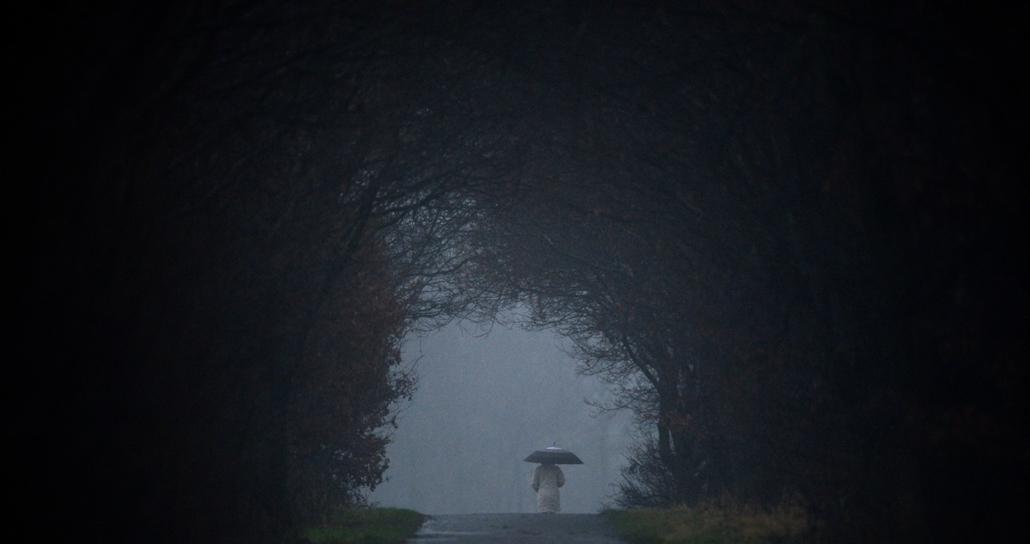 afp. nagyításhoz - esernyő - eső, időjárás, zivatar, vihar, Engelbostel, Németország 2012.12.23.