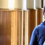 Az MSZP-s Czeglédy Csaba tanúként is vezetőszáron érkezett a bíróságra