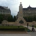 """Videó: A szélsőjobbnak nem tetszik, hogy """"megszállási"""" a Szabadság téri emlékmű"""