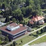 Mennyiért nyaralhat egy politikus Balatonőszödön?