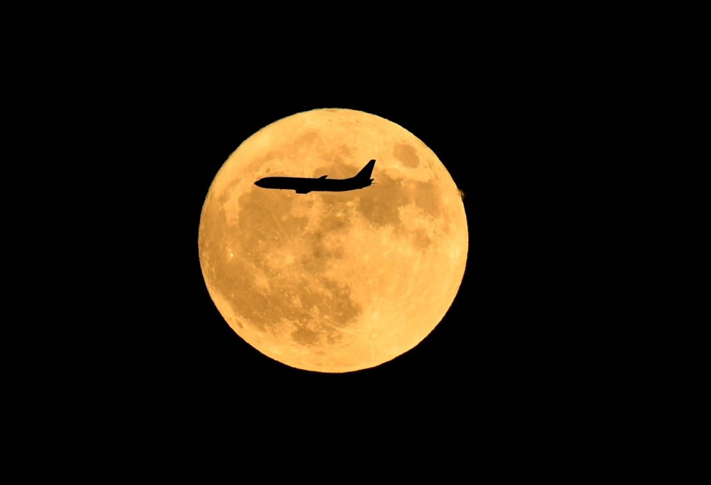 afp.16.11.14. - Peking, Kína: Repülőgép a szuperhold előtt Kínában. - szuperhold