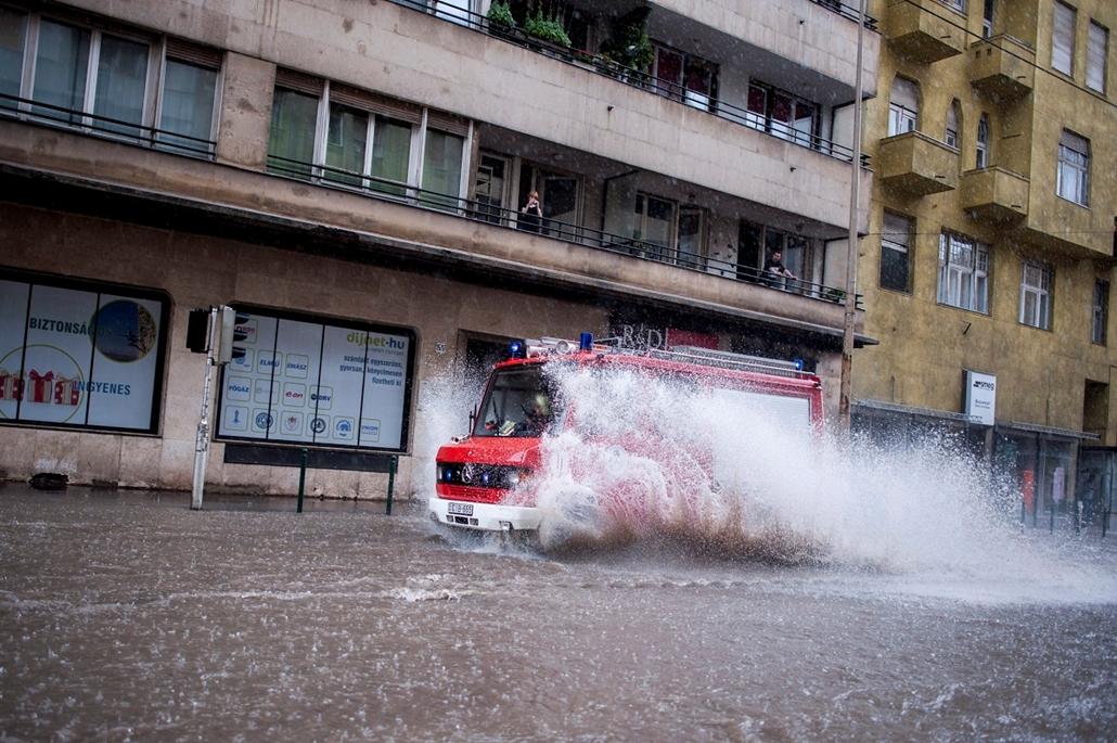 Árvíz 2013, Duna, árvíz, Budapest, június 8. Tűzoltóautó halad a hirtelen lehullott, nagy mennyiségű csapadékvízben a II. kerületi Margit körúton 2013. június 8-án.