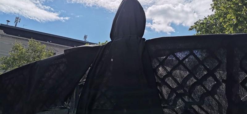 Új helyére szállították Nagy Imre szobrát, de egyelőre nem mutatják meg – fotók