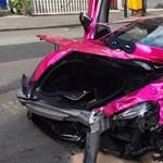 20-as táblánál ütközött egy rózsaszín McLaren és egy VW Golf