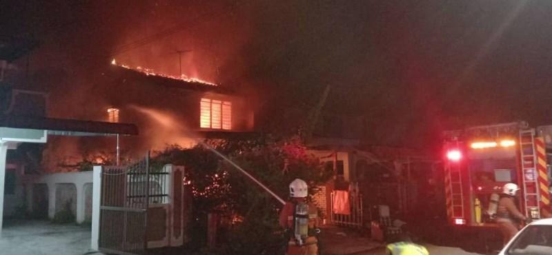 Ezért ne vegyen olcsó mobiltöltőt: egy felrobbant, három ház is kigyulladt miatta