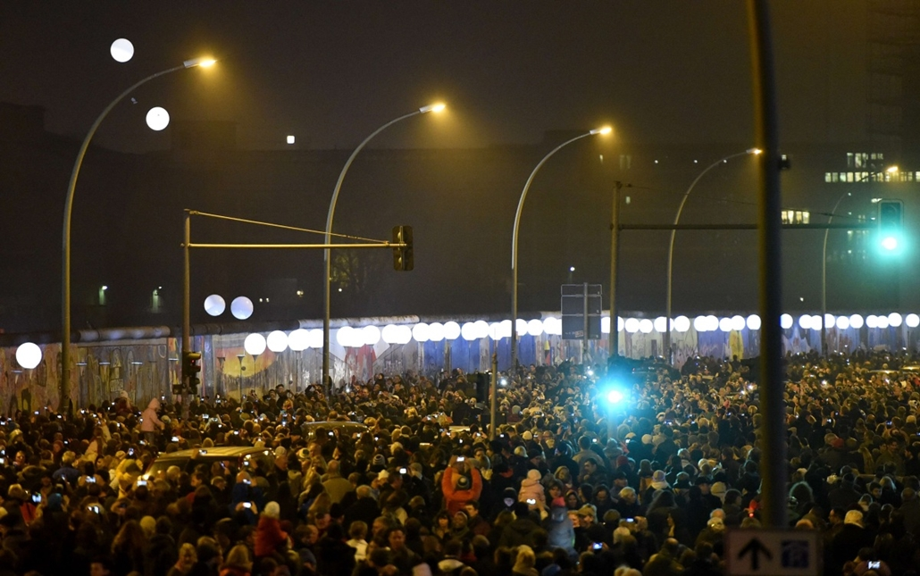 afp. Berlini fal leomlásA 25 éve 2014.11.09.Balloons of the light installation Lichtgrenze sail into the night from the former route of the Berlin Wall during a Street Party organized by German governement to mark the 25th anniversary of the fall of the B