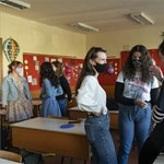 Ölelések, kézfogások és maszk alatt mosolygó diákok - a jelenléti oktatás első napja képekben
