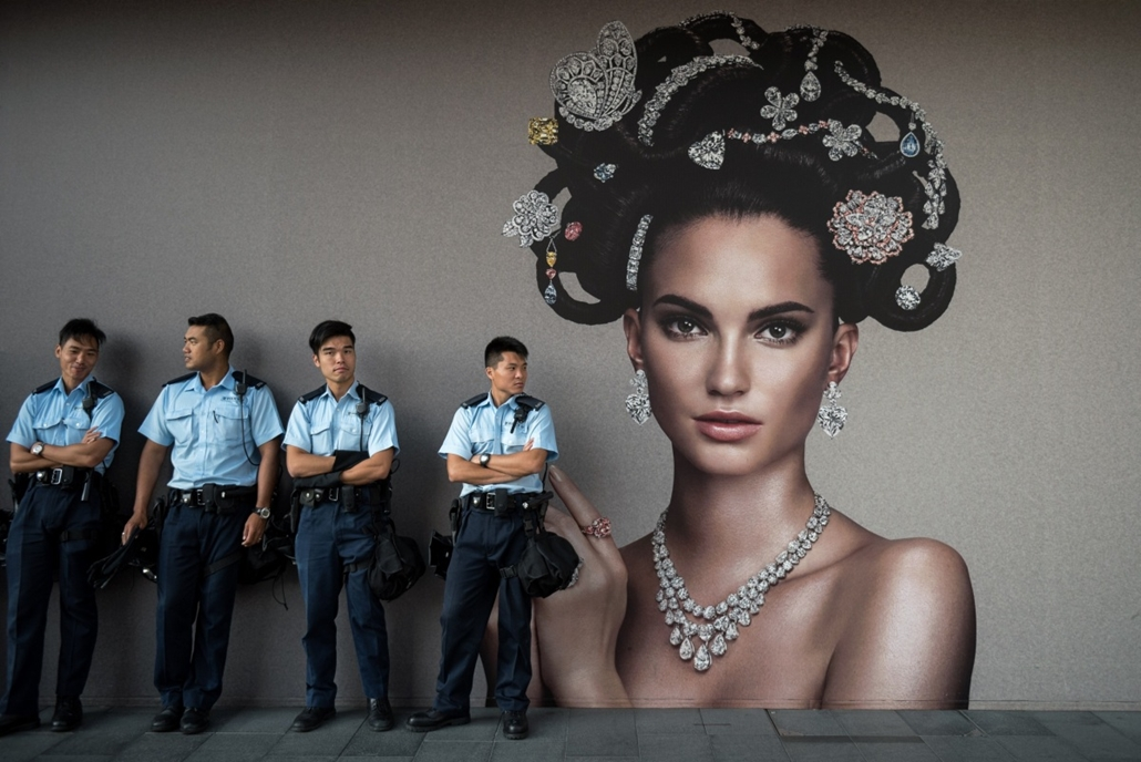 afp. hét képei - Hongkong, Kína, 201410.13. rendőrök gyülekeznek, Police officers gather near a pro-democracy protest in the Central district of Hong Kong on October 13, 2014. Hong Kong has been plunged into the worst political crisis since its 1997 hando
