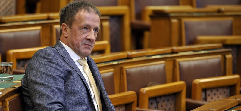 Levágták az MSZP-s polgármestert a fideszes képviselő Facebook-képeiről